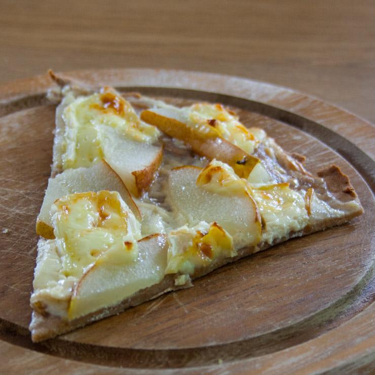 Vollkorn-Flammkuchen mit Birnen, Honig und Camembert - The Vegetarian Diaries