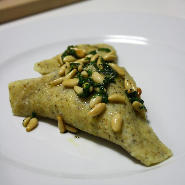 Kartoffel-Ravioli mit Mohn-Butter und Pinienkernen - The Vegetarian Diaries