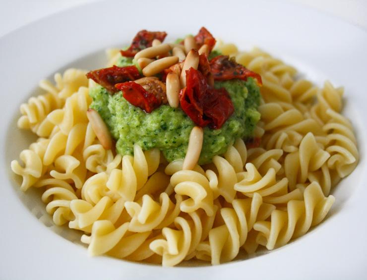 Nudeln mit Zucchini-Creme, getrockneten Tomaten - The Vegetarian Diaries