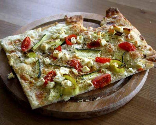 schneller, vegetarischer Flammkuchen mit Feta - The Vegetarian Diaries