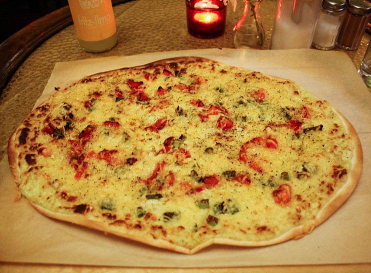 vegetarischer Flammkuchen im Café ZeitRaum in Hamburg - The Vegetarian Diaries