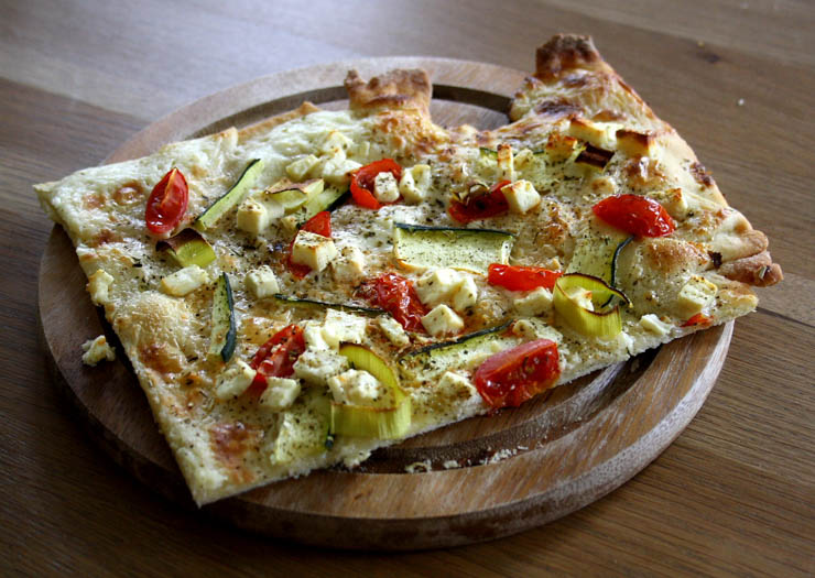 vegetarischer flammkuchen mit feta. Black Bedroom Furniture Sets. Home Design Ideas