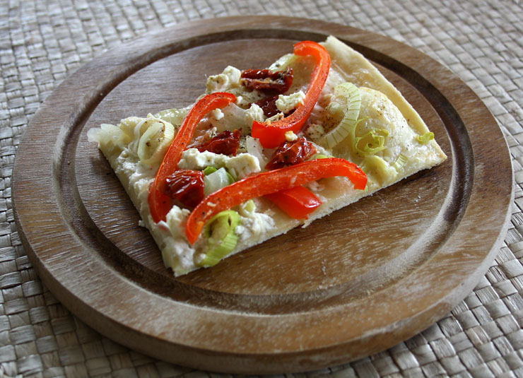 vegetarischer flammkuchen mit paprika lauch tomaten und feta. Black Bedroom Furniture Sets. Home Design Ideas