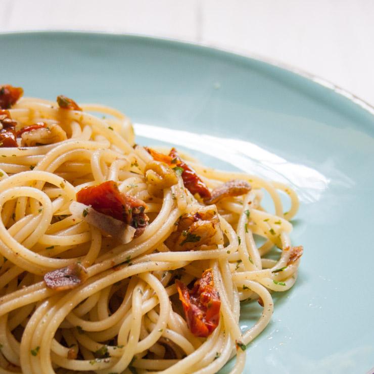 Spaghetti Aglio e Olio e Noce - The Vegetarian Diaries