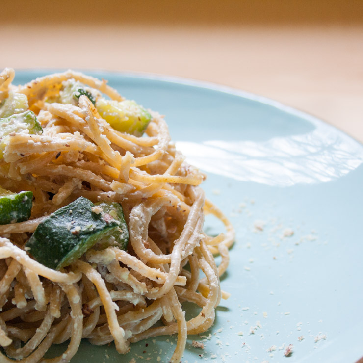 Vollkorn-Spaghetti mit Haselnuss-Zucchini-Sauce - The Vegetarian Diaries