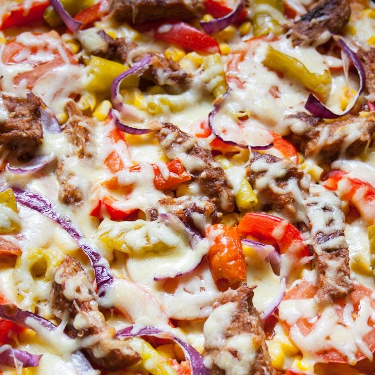 feurige BBQ-Pizza mit marinierten Sojafiletstreifen - The Vegetarian Diaries