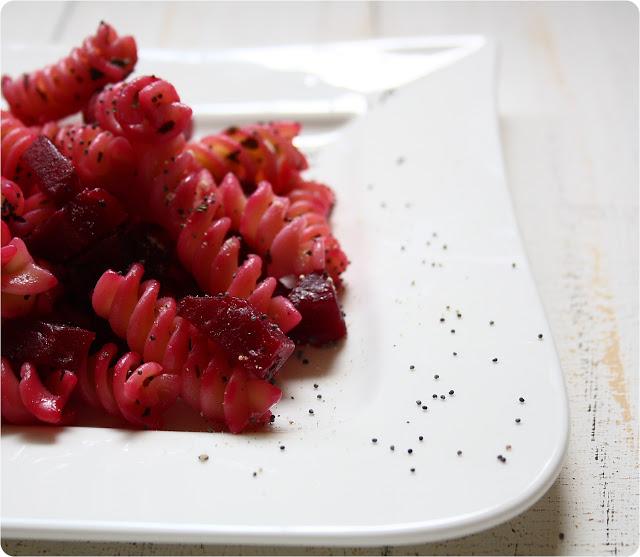 rote bete nudeln mit mohn und minze the vegetarian diaries. Black Bedroom Furniture Sets. Home Design Ideas