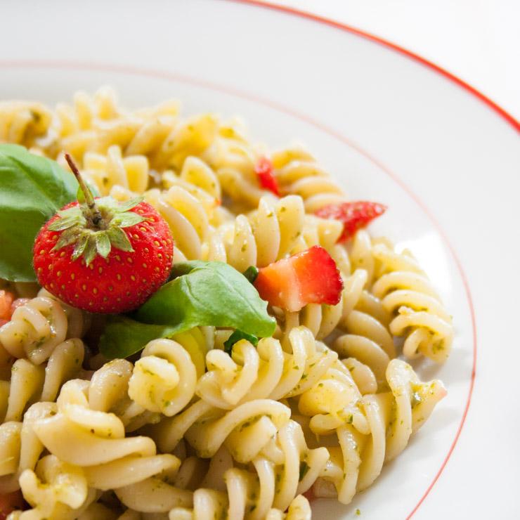 Erdbeer-Basilikum-Pesto mit Pasta - The Vegetarian Diaries