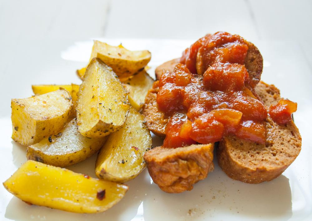 vegane Currywurst, selbstgemachtmit Kartoffelwedges