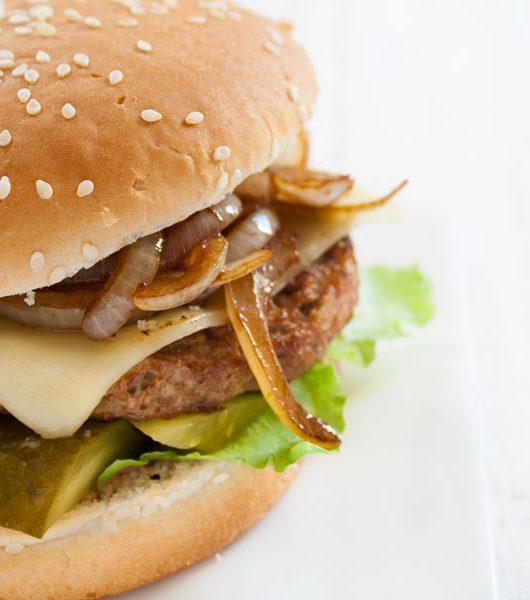 vegetarischer Burger mit Balsamico-Zwiebeln und Ajvar - The Vegetarian Diaries