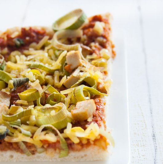 vegane Lauch-Räuchertofu-Pizza - The Vegetarian Diaries