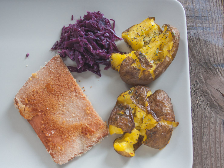 Rezept für falsches Cordon bleu mit Rotkraut und Crushed Potatoes - The Vegetarian Diaries