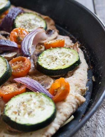 Pizza mit buntem Gemüsetopping - The Vegetarian Diaries
