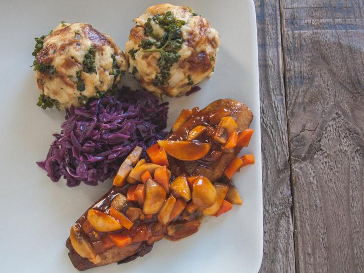vegane Ente mit Rotkraut und Laugenknödel - The Vegetarian Diaries