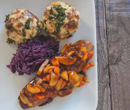 vegane Ente mit Rotkraut und Laugenknödeln - The Vegetarian Diaries
