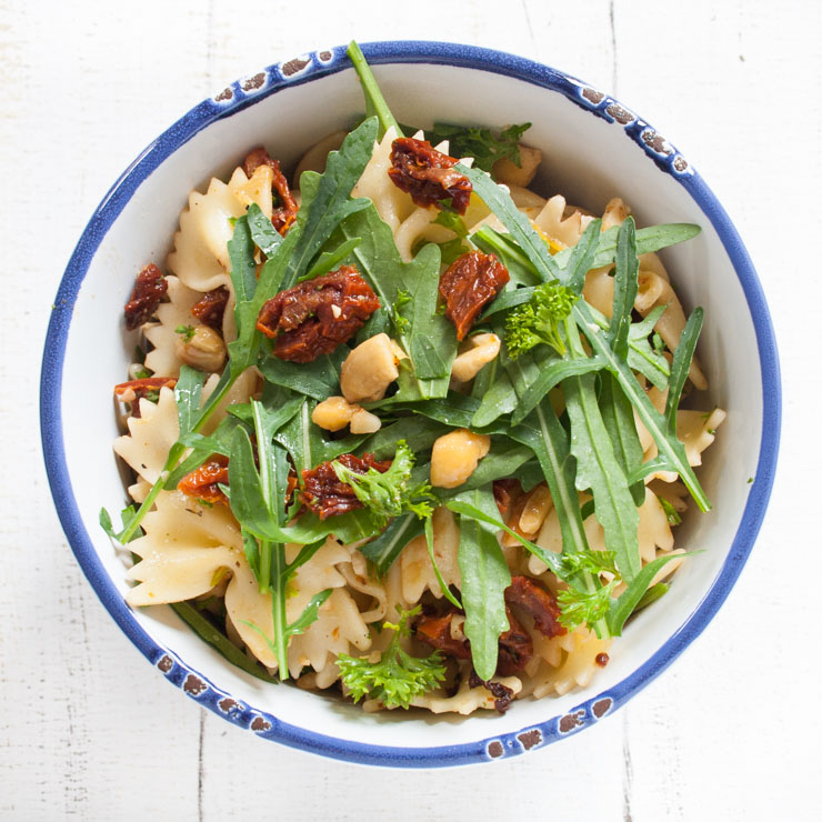 Nudelsalat mit Cashews und Rucola - The Vegetarian Diaries