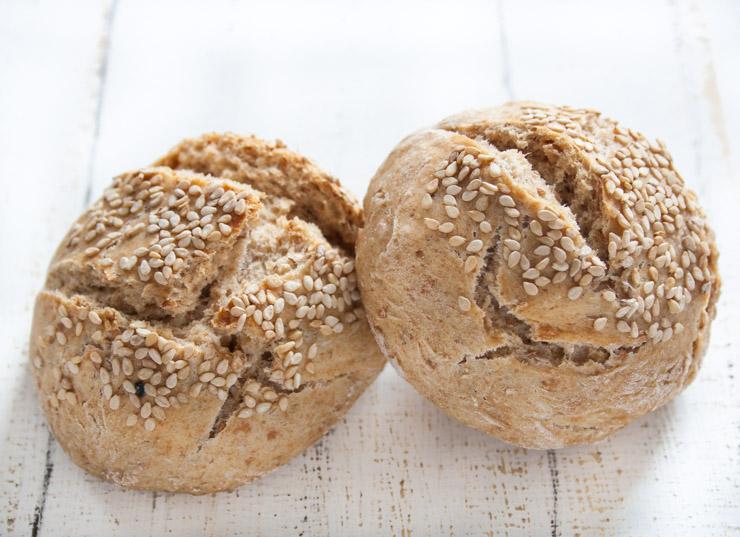 Dinkel-Mischbrötchen mit Sesam - The Vegetarian Diaires