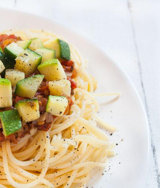 Tomaten-Sugo mit Zucchiniwürfeln - The Vegetarian Diaries