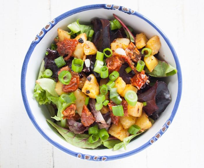 frischer Salat mit gerösteten Kartoffelecken