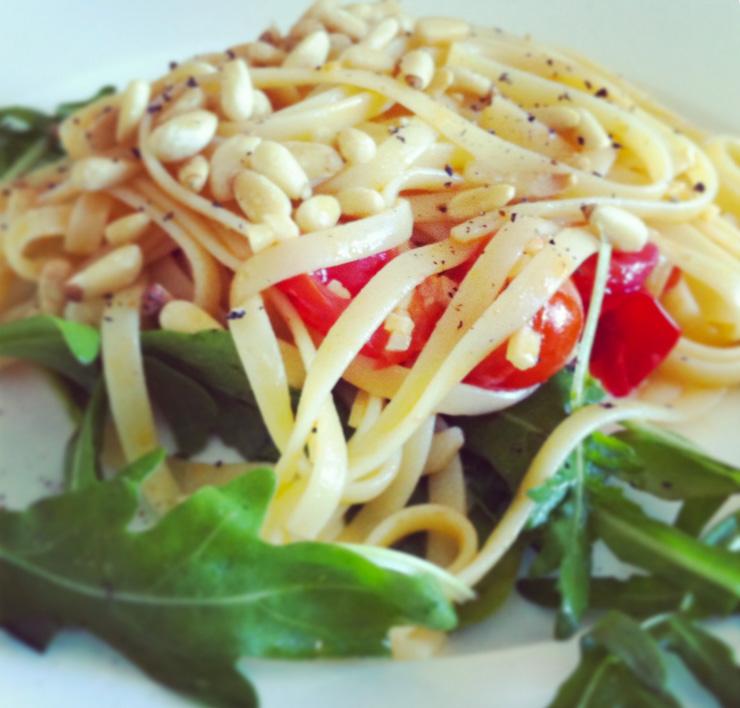schnelle pasta mit knoblauch und rucola the vegetarian diaries. Black Bedroom Furniture Sets. Home Design Ideas