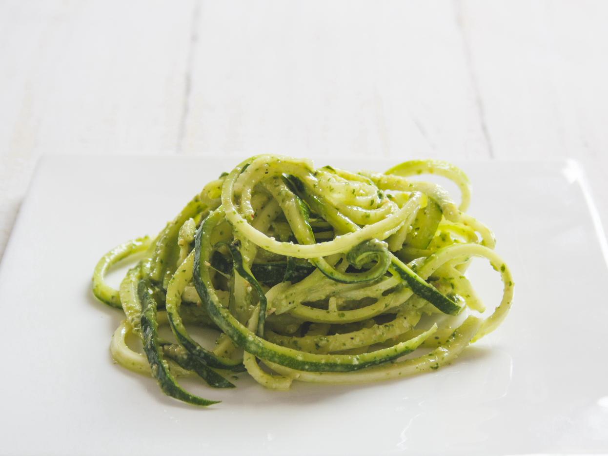 zucchini spaghetti mit basilikum limetten pesto nach attila hildmann the vegetarian diaries. Black Bedroom Furniture Sets. Home Design Ideas