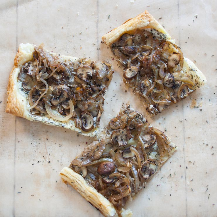 Blätterteigpizza mit Champignons - The Vegetarian Diaires