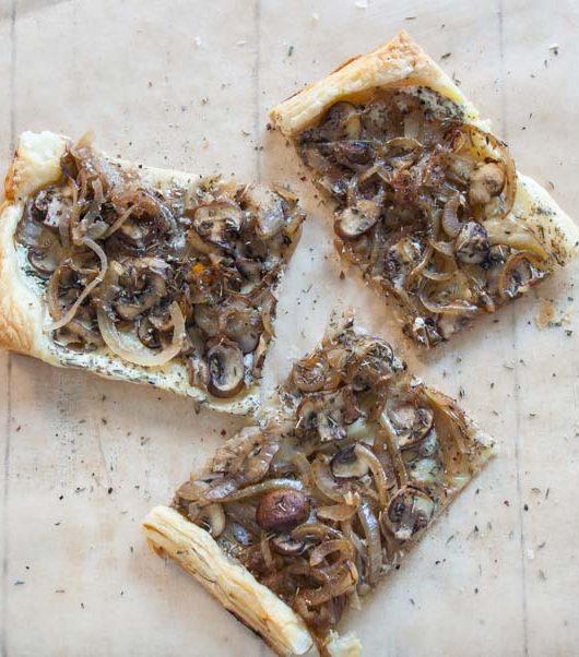 vegane Blätterteigpizza mit Champignons - The Vegetarian Diaires
