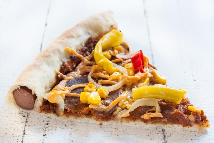 vegane Pizza Salami mit Würstchen im Rand - The Vegetarian Diaries