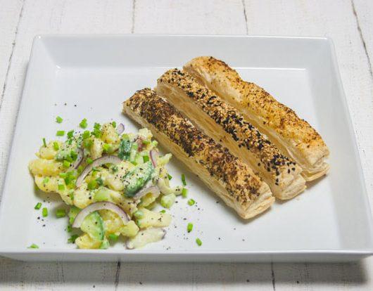 Kartoffelsalat mit Blätterteigstangen - The Vegetarian Diaries