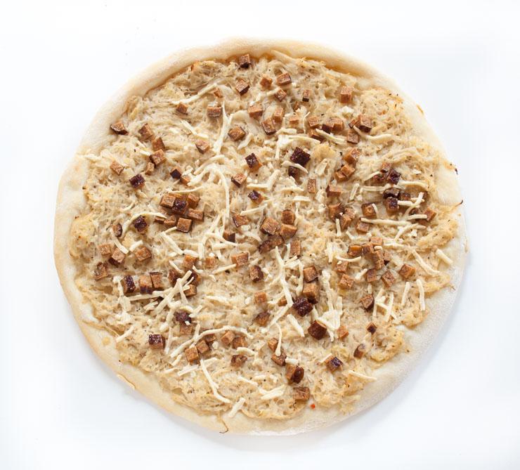 vegane Pizza mit Sauerkraut und Räuchertofu - The Vegetarian Diaries