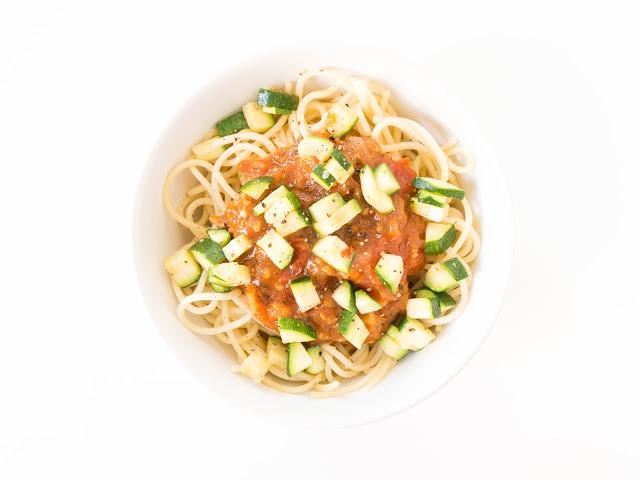 veganes tomaten zucchini sugo mit pasta the vegetarian diaries. Black Bedroom Furniture Sets. Home Design Ideas