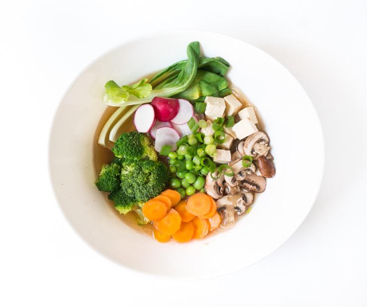 vegane Miso-Suppe mit Gemüse, Tofu und Glasnudeln - The Vegetarian Diaries