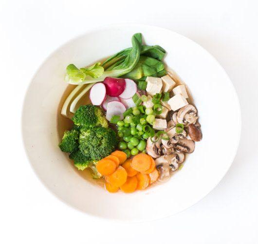 vegane Miso-Suppe mit Gemüse, Tofu und Glasnudeln - Rezept - The Vegetarian Diaries