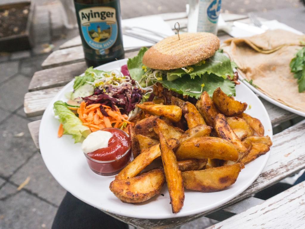 veganer Burger im Let it Be in Berlin-Neukölln