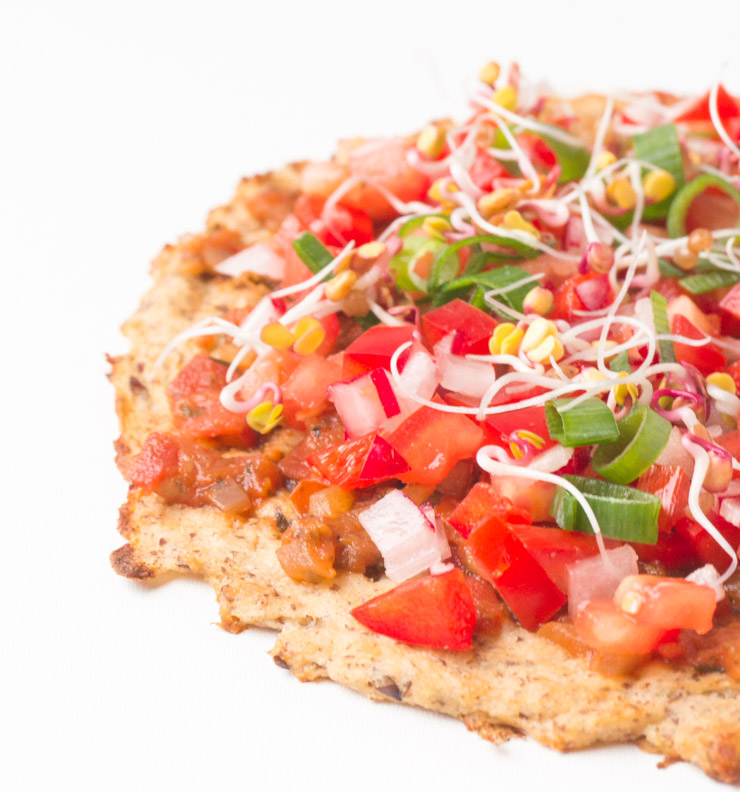 Pizzateig aus Blumenkohl mit Tomaten und Sprossen - The Vegetarian Diaries