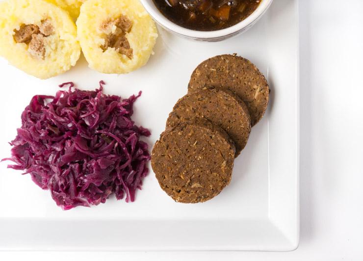 veganer Weihnachtsbraten mit Rotkraut, Soße und Klößen - The Vegetarian Diaries