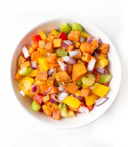 bunter Salat mit Süßkartoffelwürfeln - The Vegetarian Diaries
