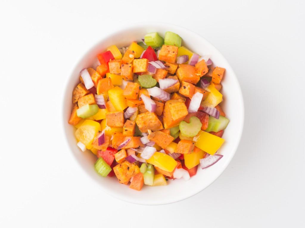bunter Salat mit gerösteten Süßkartoffelwürfeln und Wildreis