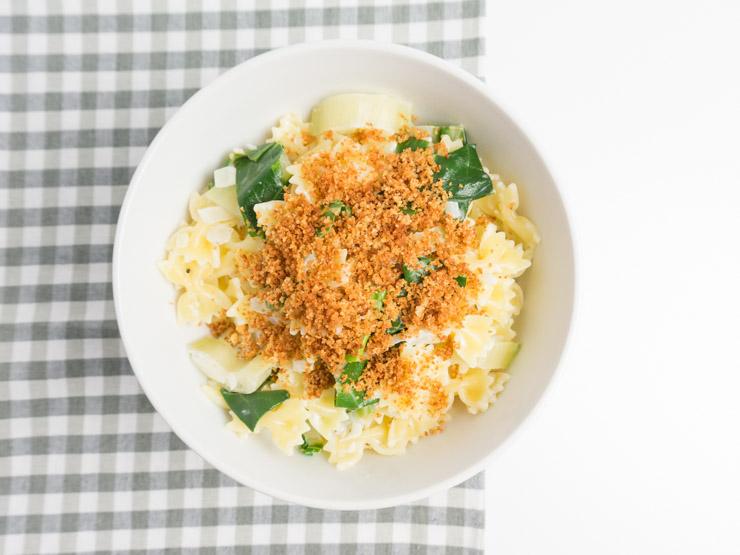 Rezept für schnelle Pasta mit Mangold und Chili-Bröseln - The Vegetarian Diaries