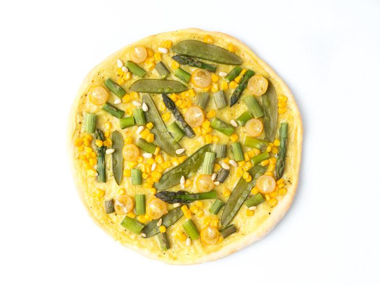 vegane Frühlingspizza mit Spargel, Zuckerschoten und Sauce Hollandaise - The Vegetarian Diaries