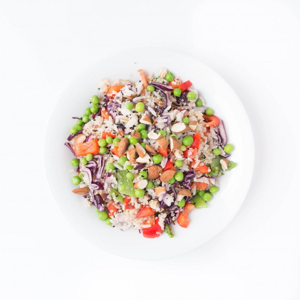 veganer Quinoa Reis Salat mit Erbsen und Chili-Dressing