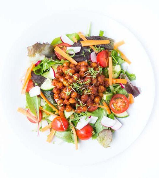 Rezept für Salat mit BBQ-Kichererbsen - The Vegetarian Diaries