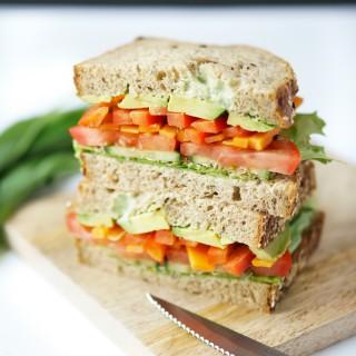 healty Sandwich mit Bärlauch-Mayonnaise und Sprossen