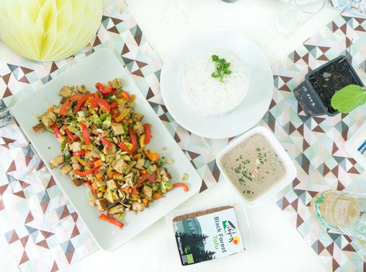 Wogemüse mit Räuchertofu und Mandelsoße - Rezept - The Vegetarian Diaries