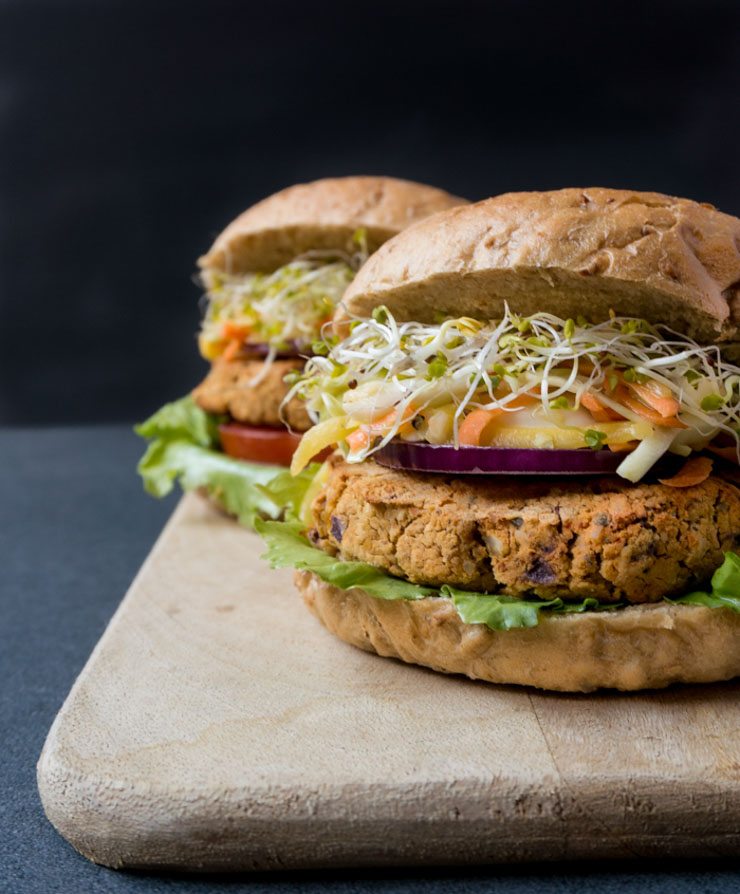 vegane Kichererbsen-Burger mit Mango-Cole-Slaw - The Vegetarian Diaries
