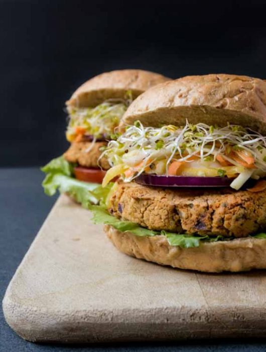 vegane Kichererbsen-Burger mit Mango Kraut-Salat - The Vegetarian Diaries