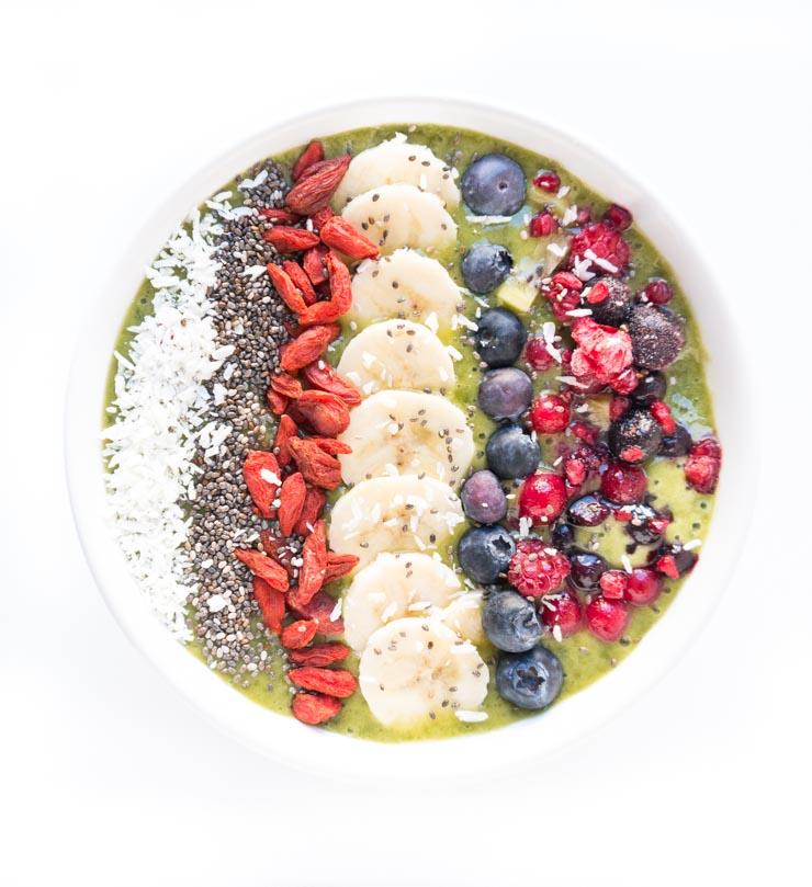gesunde Smoothie Bowl mit Früchten und Acai - The Vegetarian Diaries