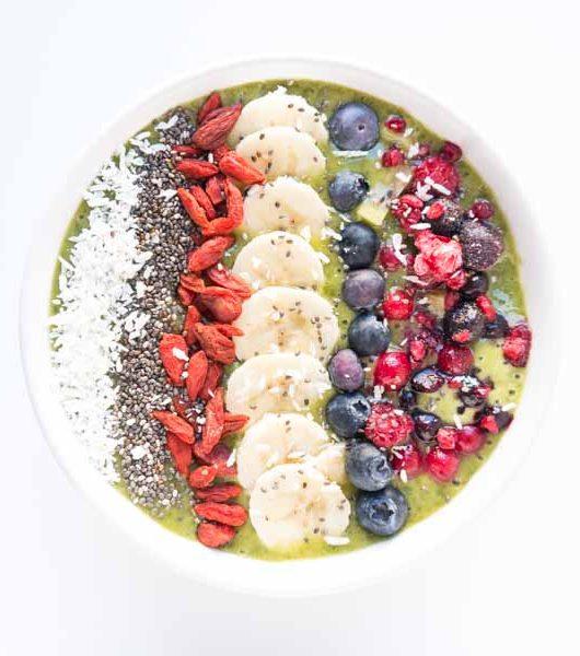 grüne Smoothie Bowl mit Früchten - The Vegetarian Diaries