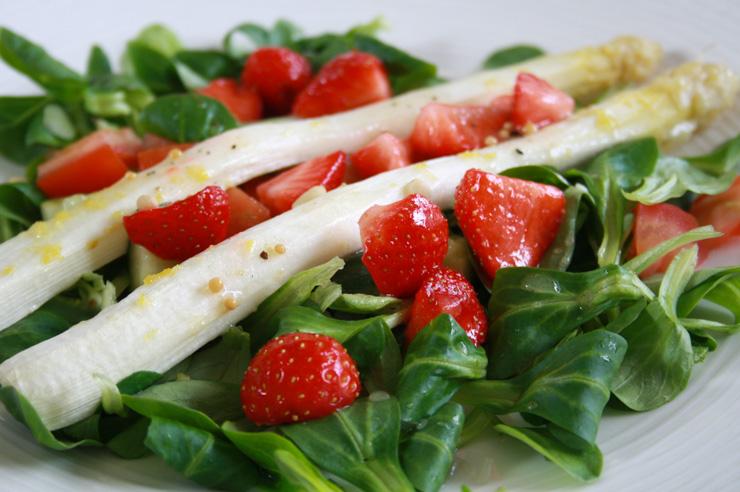 Spargelsalat mit Erdbeeren und Feldsalat - The Vegetarian Diaries