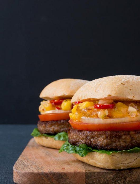 sommerlicher Burger mit glutenfreien EDEKA Brötchen - The Vegetarian Diaries
